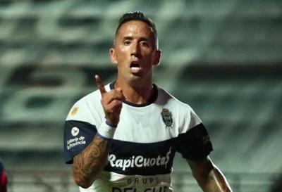 Lucas Barrios deja fuera de competencia a los Mellis Romero