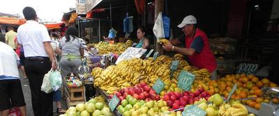 Tributación inicia plan para formalizar a comercios callejeros en zona de mercado 4
