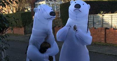 La historia de los abuelos que se disfrazaron de osos polares para abrazar a sus nietos en Navidad