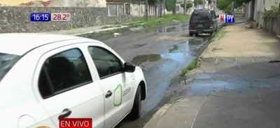 Pobladores de Barrio Obrero hartos del olor insoportable de la cloaca en las calles