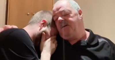 La emotiva reacción del padre de un youtuber al saber que su hijo pagó la hipoteca de su casa