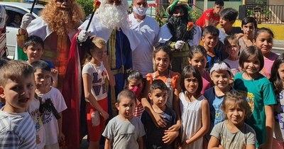 """La Nación / Los """"Reyes Magos"""" también llevan sus obsequios a los niños carenciados"""