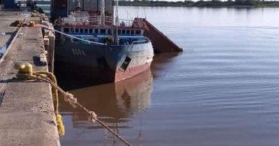 La Nación / Contenedor con agroquímicos cayó al río en el puerto de Villeta