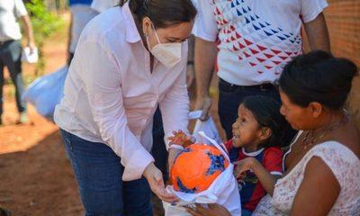 Niños de comunidades indígenas reciben pelotas en el Día de Reyes
