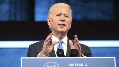 Biden dice que la democracia está bajo un ataque inédito