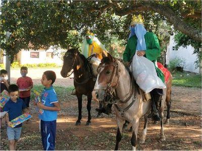 Reyes Magos entregan regalos a caballo en Misiones