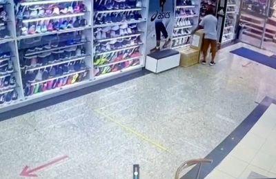 Simulan ser clientes, distraen a la vendedora y roban una caja de mercaderías