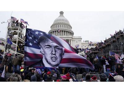 """Turba asalta el Capitolio y Trump es acusado de intento de """"golpe"""""""