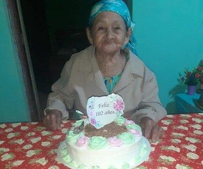 Crónica / (VIDEO) Al son de la polca, abuelita celebró sus 102 años