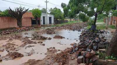 Inician reconstrucción de empedrado y con lluvias vecinos quedan sin salida