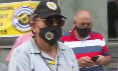 Oficiales retirados de la caminera se manifiestan frente al MOPC