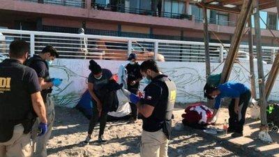 Desalojaron a decenas de familias venezolanas que dormían en una playa en Chile