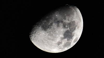 Una sesión de fotos de la Luna revela cómo 'se tambalea' en el cielo durante cada órbita