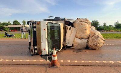 Camión vuelca en Yguazú
