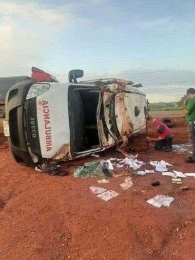 Una ambulancia volcó camino a la capital donde trasladaba a una menor de 7 años quien perdió la vida en el percance