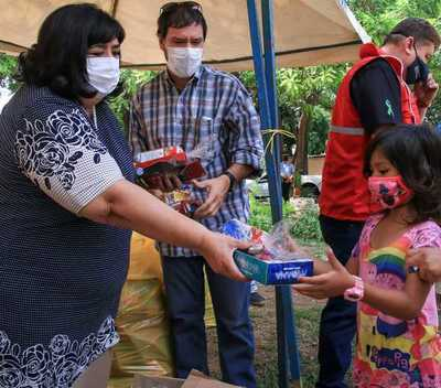 Entregan juguetes a niñas y niños afectados por el incendio en la Chacarita