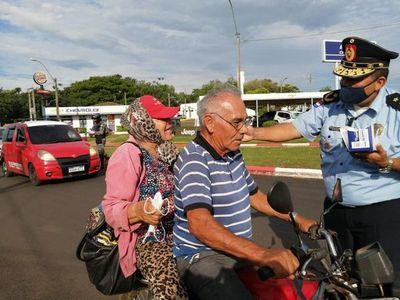 Policías realizan concienciación y reparten tapabocas en Coronel Oviedo