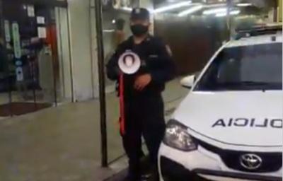 Policía usa megáfono para recordar uso obligatorio de tapabocas