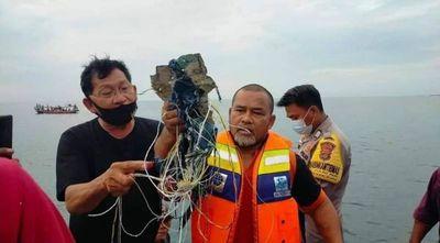 Encontraron restos del avión que cayó al mar en Indonesia