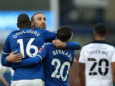 James y Doucoure clasifican al Everton en la prórroga