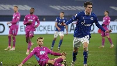 HOY / Schalke resucita con goleada y sale del sótano de la Bundesliga