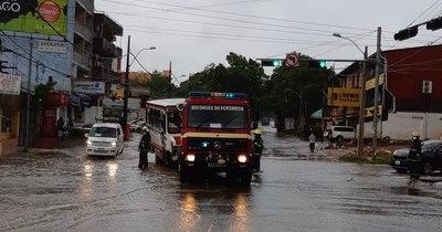 La Nación / Bus perdió el control en medio del raudal y fue a parar en el paseo central de una avenida