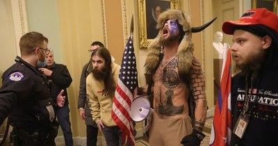 La Nación / Seguidor de Trump del gorro con cuernos es arrestado por violencia en el Capitolio