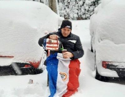 Crónica / Tomó tereré ¡en medio de la nieve!