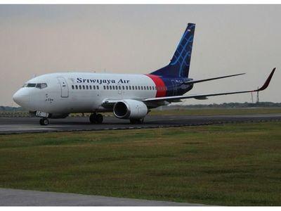Indonesia busca los restos de un avión con 62 personas que se precipitó al mar