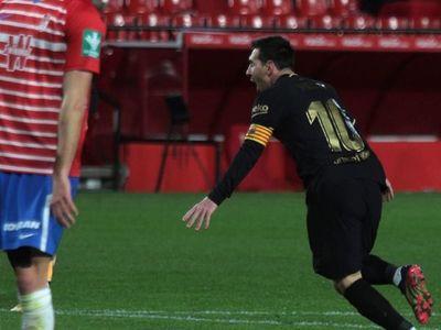Lionel Messi festeja en una jornada  tormentosa