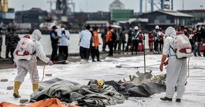 La Nación / Hallan partes de cuerpos después de que un avión se estrellara en Indonesia