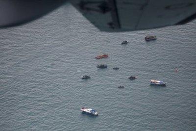 Encontraron restos humanos y la caja negra del avión que se estrelló en el mar de Indonesia
