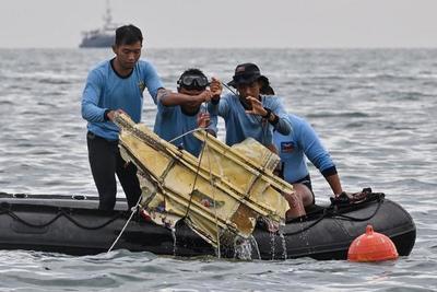 Indonesia localiza los restos del avión que se estrelló en el mar de Java