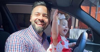 David Mussi enseña a su pequeña a conducir