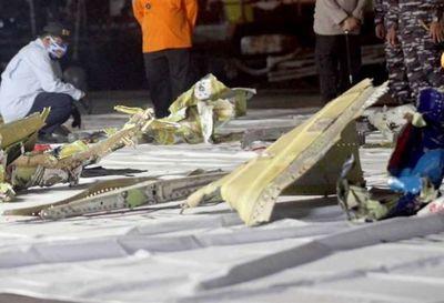 Localizadas las cajas negras del Boeing que se estrelló en Indonesia