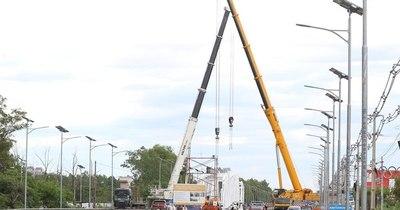 La Nación / Ayer cerraron Autopista por montaje de pasarela