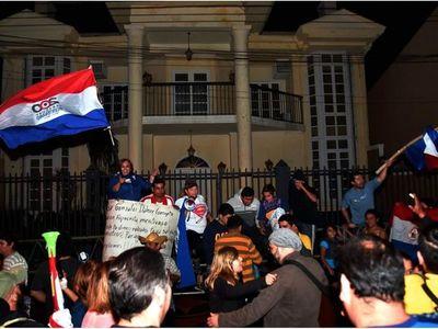Ciudadanos hacen vigilia por nuevo juicio que debe enfrentar clan OGD