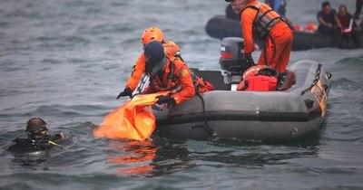 La Nación / Los buzos buscan las cajas negras del Boeing que se estrelló en Indonesia