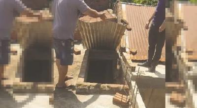 Mujer muere tras caer de una terraza tratando de rescatar a su perro
