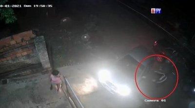 Interceptan y roban automóvil a hombre frente a su casa