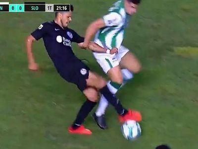 Ángel Romero le enseña a su rival cómo se hace un caño