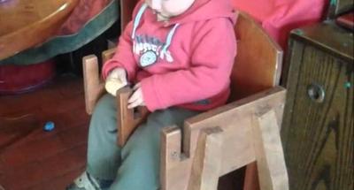 Niño de 2 años muere al caer de una sillita de madera