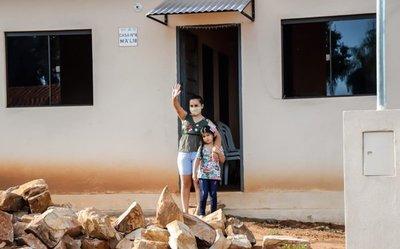 Gobierno entrega 43 viviendas a familias de escasos recursos en Loma Grande