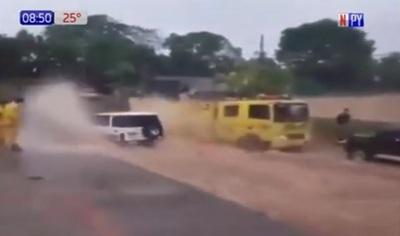 Conductor empapa a bomberos y termina de la peor manera