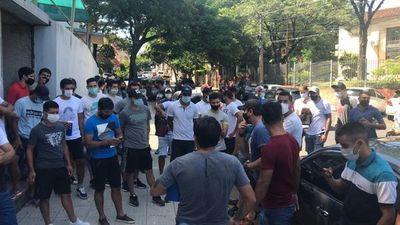 Futbolistas del ascenso bloquean avenida en protesta frente a sede de Salud para exigir reanudación de actividades