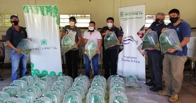 La Nación / Yacyretá entrega 27.000 alevines a pequeños productores