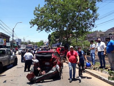 Camión se lleva por delante varios vehículos en Asunción