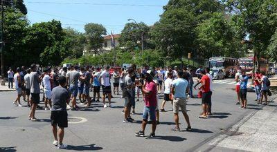 Jugadores del ascenso se manifiestan frente la Ministerio de Salud