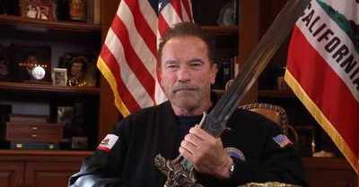 El duro mensaje de Arnold Schwarzenegger a Trump empuñando la espada de 'Conan'