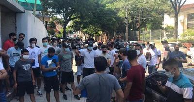 Jugadores de ascenso se manifestaron frente a Salud